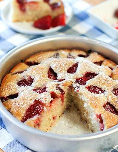 Strawberrycake in a round pan